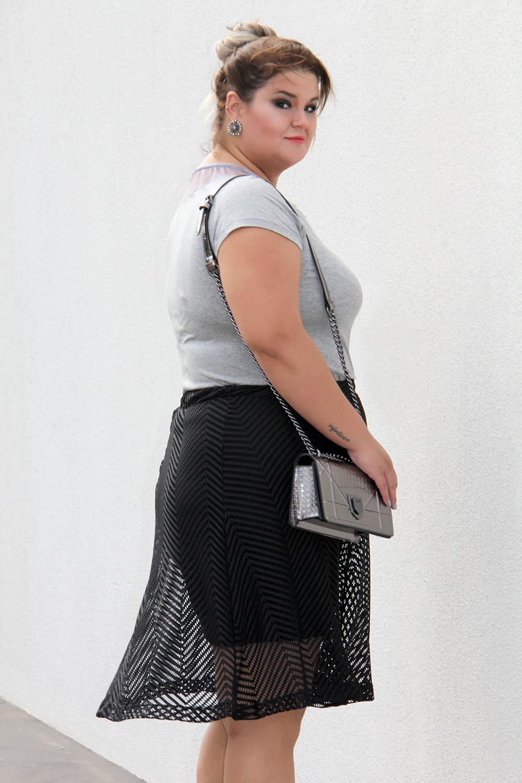 look arrumadinho, look plus size com bolsa prateada, blusa mescla e saia preta, moda plus size