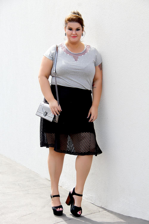 d80a4885e Look arrumadinho com bolsa prateada, blusa mescla e saia preta. Look  arrumadinho plus size ...