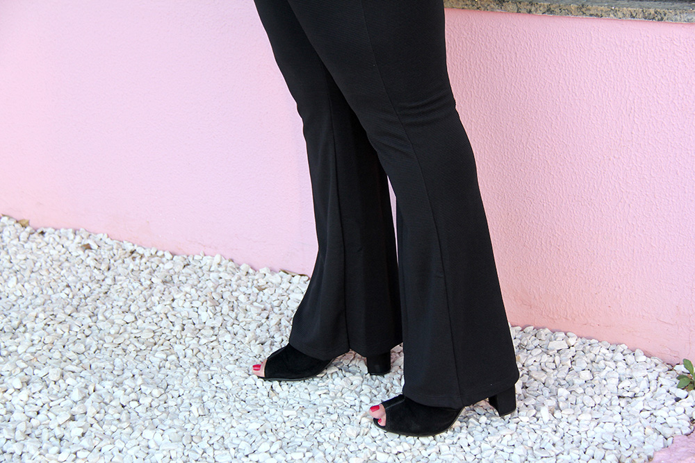 camiseta-com-patches-e-calça-preta-moda-plus-size-miss-masy-grandes-mulheres-moda-plus-size-barata-6