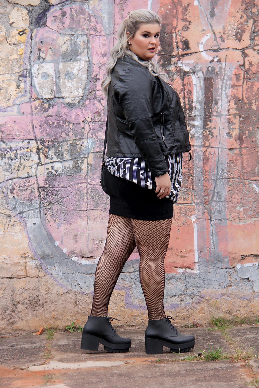 Look do dia plus size com jaqueta de couro sintético, meia arrastão, bota preta e chemise com estampa geométrica!Look do dia plus size com jaqueta de couro sintético, meia arrastão, bota preta e chemise com estampa geométrica!