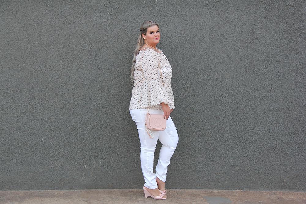 Look romântico com jeans branco e blusa com babado flare