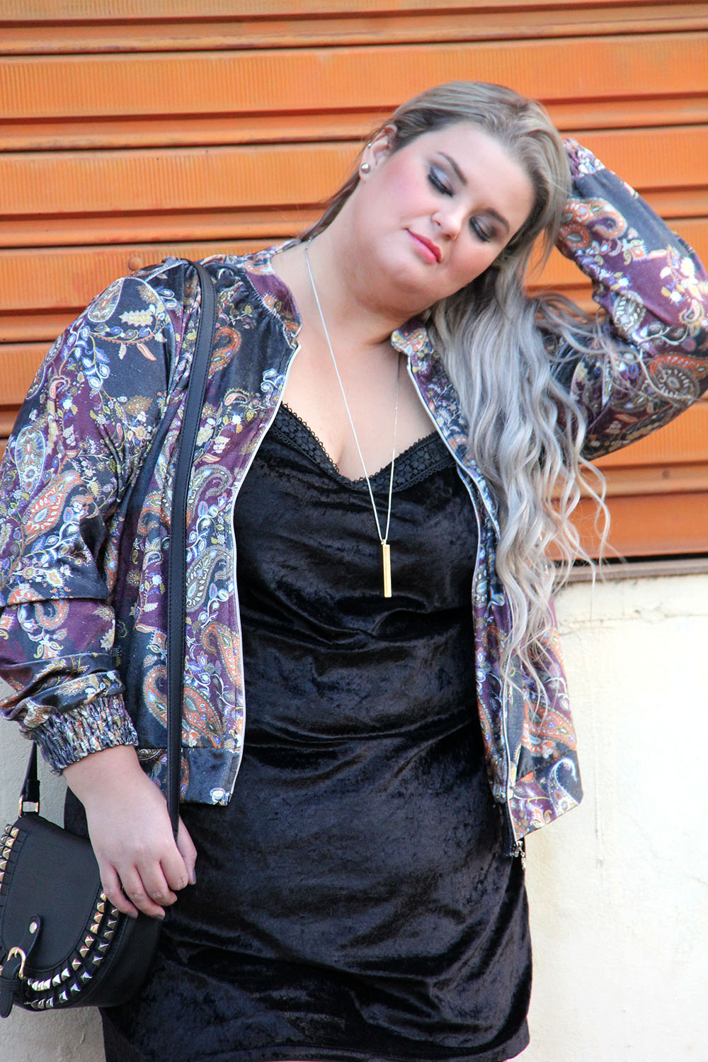 Look do dia: Tubinho de veludo com bomber estampada