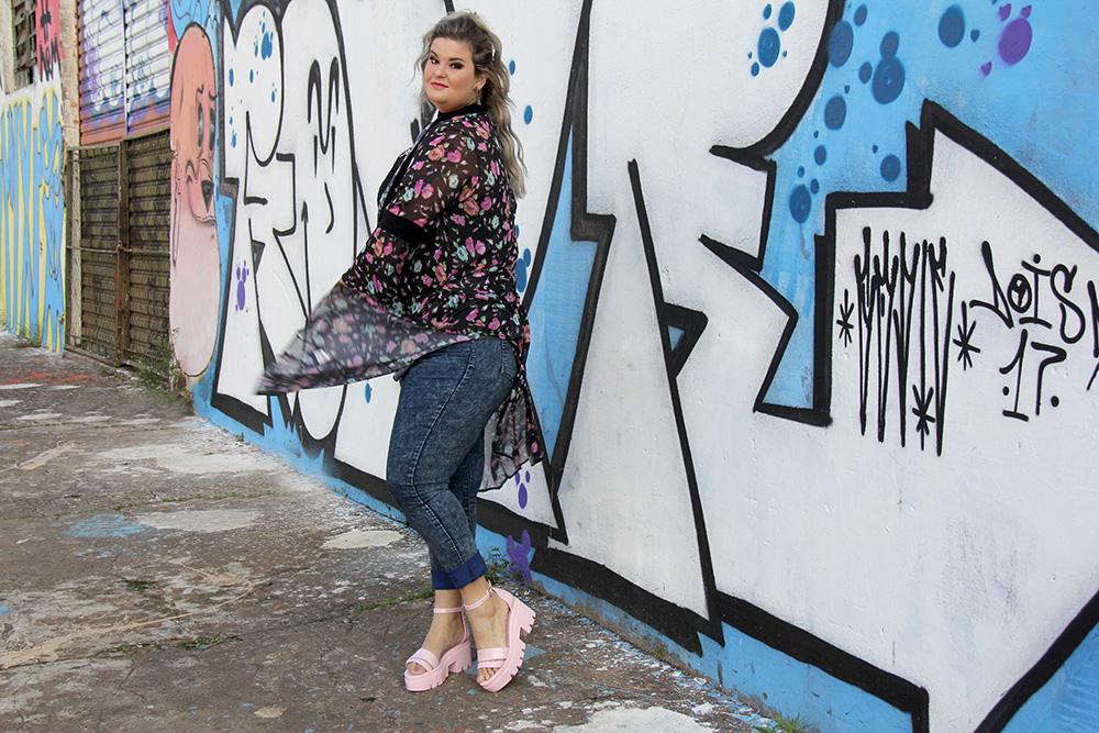 Sandália Spice Petite Jolie em look do dia com jeans e kimono longo