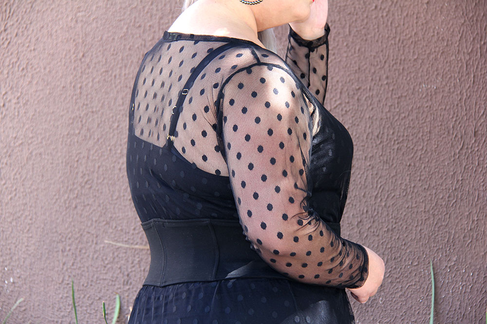 Vestido preto de tule plus size: look do dia femme fatale!