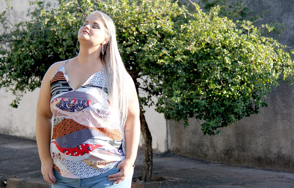 Look do dia com jeans destroyed plus size e regata estampada
