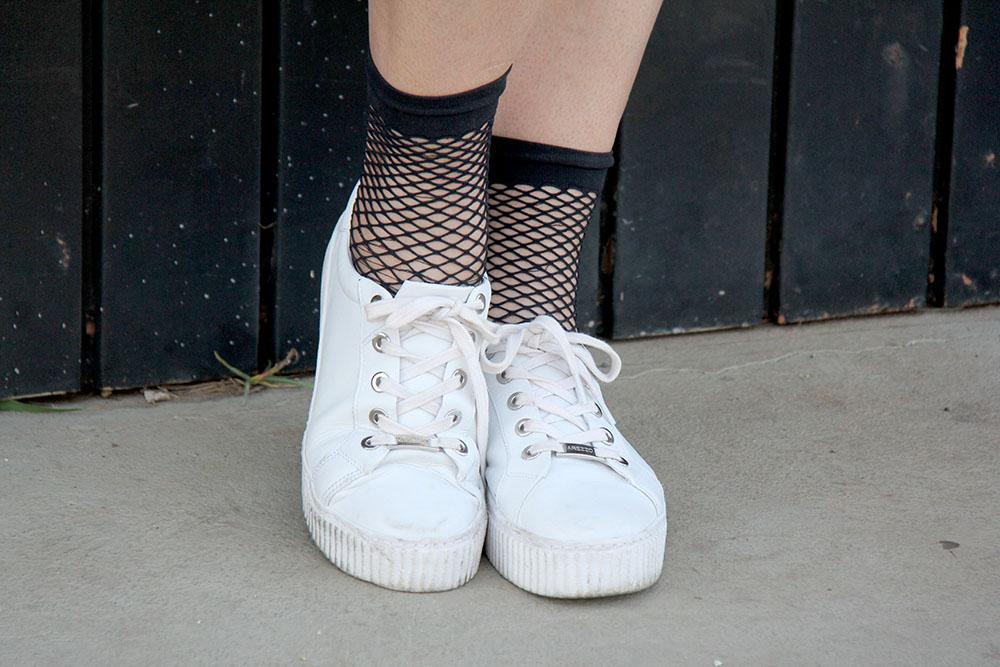 Tênis branco com meia soquete arrastão