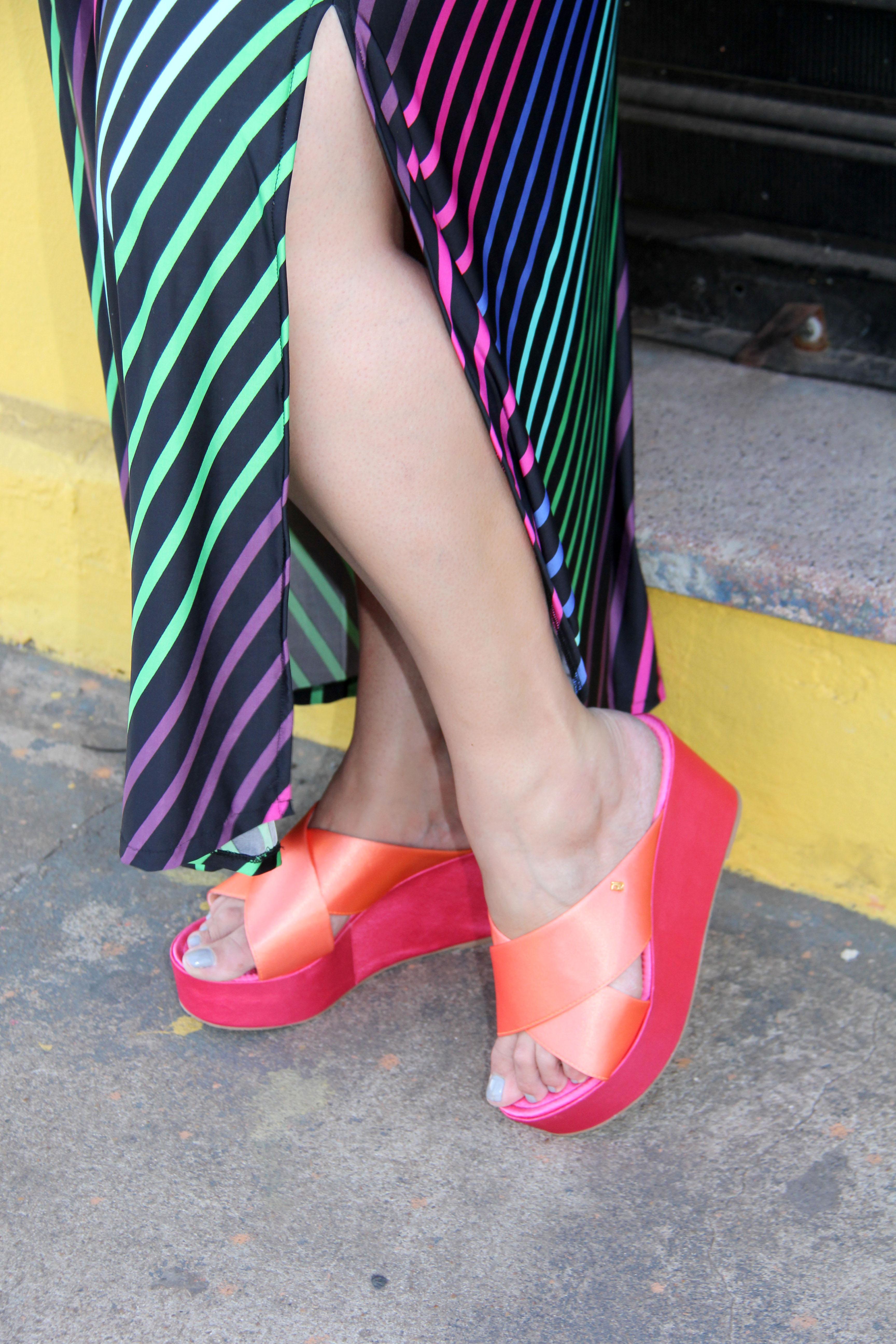 Vestido longo da ChicaBolacha com tamanco cetim laranja e rosa da Petite Jolie