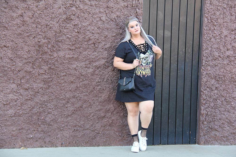 Look do dia plus size com vestido Lynyrd Skynyrd da ChicaBolacha com meia soquete arrastão e tênis branco