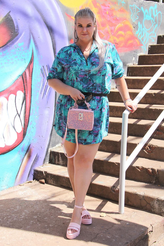 Look do dia com vestido folhagens e acessórios Petite Jolie no light rosé: conforto e estilo com uma pegada bem fashionista para mulheres plus size!