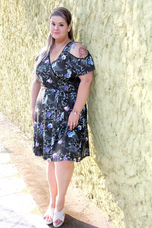 Vestido dark floral plus size: uma excelente opção de look para os dias quentes com um toque de conforto e romantismo!