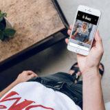 Mulher olhando postagem de blogueira no celular