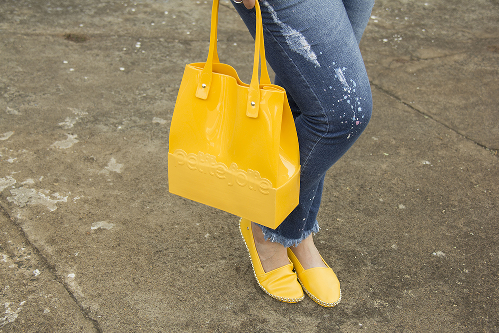 bolsa e sapatilha amarela da Petite Jolie