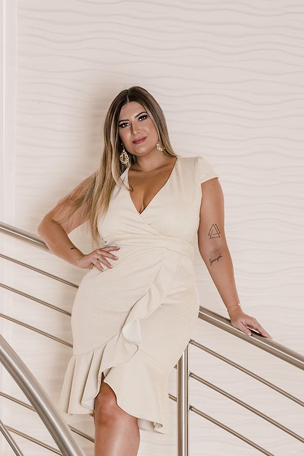 Moda plus size para o Réveillon: vestido branco plus size com babados